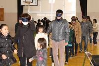 視覚障害者体験をする人々の様子